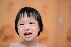 Portrait de pleurer mignon de petite fille photos libres de droits