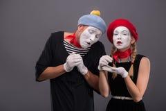 Portrait de pleurer triste de couples de pantomime d'isolement dessus Photo stock