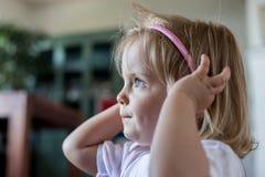 Portrait de port triste ou pensant sérieux de bandeau de jeune fille blonde caucasienne de bébé à la maison Photos libres de droits