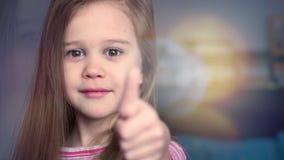 Portrait de pouce émotif d'exposition de petite fille avec le bokeh fantastique clips vidéos