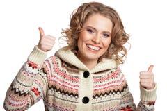 Portrait de pouce de sourire d'apparence de jeune femme sur le fond blanc photos libres de droits