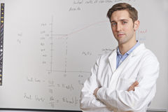 Portrait de professeur de Sciences Standing In Front Of Whitebaord Image stock