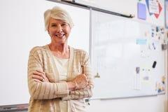 Portrait de professeur féminin supérieur sûr dans la salle de classe photos stock