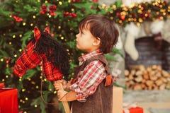 Portrait de profil de garçon doux avec le cheval sur le bâton image libre de droits