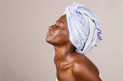 Portrait de profil de jeune femme avec la serviette sur sa t?te image stock