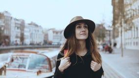 Portrait de promenade de touristes de dame européenne près de rivière La femelle réfléchie heureuse de voyageur regarde autour su banque de vidéos