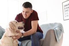 Portrait de propriétaire avec son chien amical Image stock