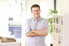 Portrait de propriétaire d'une maison posant à la maison Image stock