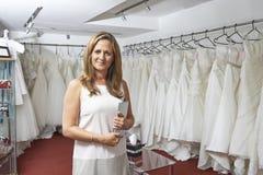 Portrait de propriétaire de magasin nuptiale féminin avec la Tablette de Digital Photos libres de droits