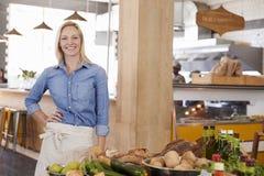 Portrait de propriétaire féminin de magasin d'aliment biologique image stock