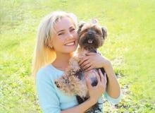 Portrait de propriétaire heureuse de jeune femme avec le chien de terrier de Yorkshire Images stock