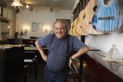 Portrait de propriétaire se penchant dans Music Store Images libres de droits