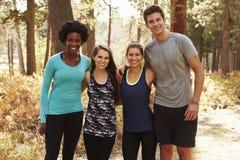 Portrait de quatre amis de coureur dans une forêt Images stock