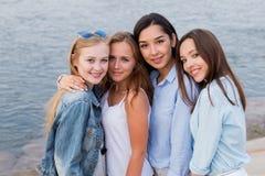 Portrait de quatre amis de femle regardant amicaux l'appareil-photo, sourire, heureux les gens, mode de vie, amitié images libres de droits