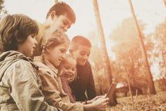 Portrait de quatre enfants en parc Photographie stock