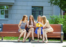 Portrait de quatre femmes urbaines dehors Images stock