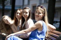 Portrait de quatre femmes urbaines dehors Photographie stock libre de droits