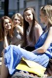 Portrait de quatre femmes urbaines dehors Image stock
