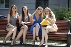 Portrait de quatre femmes urbaines dehors Image libre de droits