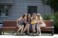 Portrait de quatre femmes urbaines dehors Photos libres de droits