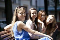 Portrait de quatre femmes urbaines dehors Photo stock
