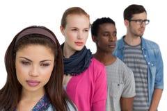 Portrait de quatre jeunes amis sérieux Image stock