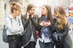 Portrait de quatre jolis amie, bavardage sur la rue Photos libres de droits