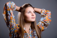 Portrait de rêver la belle fille avec le chemisier coloré lumineux l Photos stock
