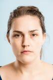 Haut backgro de vert de définition de femme personnes sérieuses de portrait de vraies photographie stock libre de droits
