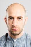 Fond élevé de gris de définition d'homme personnes sérieuses de portrait de vraies photo stock