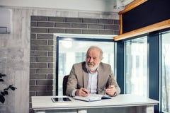 Portrait de reposer le vieil homme à tête grise barbu agréable Photo stock