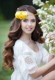 Portrait de ressort d'une belle femme dans une guirlande des fleurs photo libre de droits