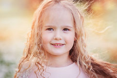 Portrait de ressort de belles 5 années bouclées rêveuses de fille d'enfant Image libre de droits