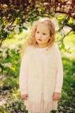 Portrait de ressort de belles 5 années bouclées rêveuses de fille d'enfant Images stock
