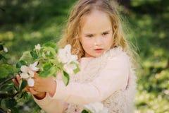 Portrait de ressort de belles 5 années bouclées rêveuses de fille d'enfant Image stock