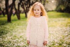 Portrait de ressort de belles 5 années bouclées rêveuses de fille d'enfant Photographie stock libre de droits