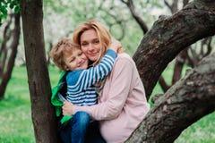 Portrait de ressort de la mère enceinte heureuse appréciant le jour chaud avec le fils d'enfant Photographie stock libre de droits