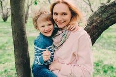 Portrait de ressort de la mère enceinte heureuse appréciant le jour chaud avec le fils d'enfant Photo libre de droits