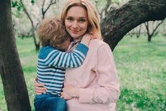 Portrait de ressort de la mère enceinte heureuse appréciant le jour chaud avec le fils d'enfant Photos libres de droits