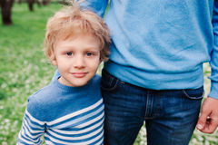 Portrait de ressort du garçon heureux d'enfant appréciant la promenade avec le père dans le jardin de floraison de pomme Photo libre de droits