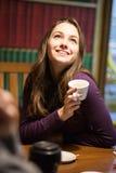 Portrait de rire la jeune brune Photographie stock
