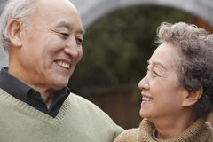 Portrait de rire les couples supérieurs devant la voûte ronde, Pékin Image stock