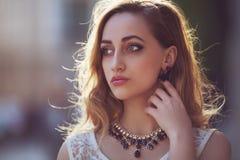 Portrait de rue d'une jeune belle femme à la mode utilisant les accessoires élégants de côté regard du modèle Mode femelle Images stock