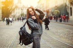 Portrait de rue de belle jeune femme de sourire avec le sac à dos Image stock