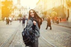 Portrait de rue de belle jeune femme de sourire avec le sac à dos Photos stock