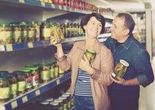 Portrait de sélectionner plus âgé de couples conserves au vinaigre à l'épicerie Images stock