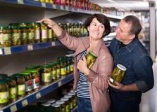 Portrait de sélectionner plus âgé de couples conserves au vinaigre à l'épicerie Images libres de droits