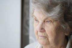 Portrait de 80s âgé vieille par femme agée à l'intérieur Images libres de droits