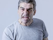 Portrait de 40s au type fâché 50s et bouleversé blanc et au Furio fou Photo libre de droits