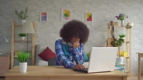 Portrait de salon se reposant au style d'Afro de coiffure de jeune femme d'Afro-am?ricain de table dans l'?charpe, angine et banque de vidéos
